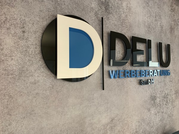 3D Acryl Logo DL (8mm durchgefärbt) auf Abstandshaltern montiert