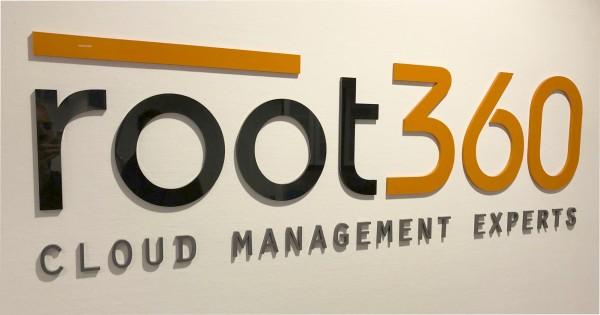 3D Acryl Logo root (8mm durchgefärbt) direkt auf die Wand geklebt