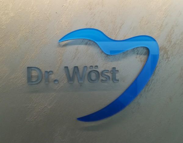 3D Acryl Logo WÖST(8mm transparent) direkt auf die Wand geklebt